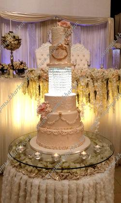 Большой свадебный торт со светящейся подставкой