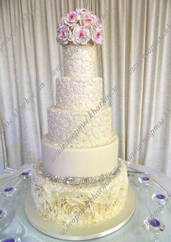 Изысканный свадебный торт с кружевами и розами