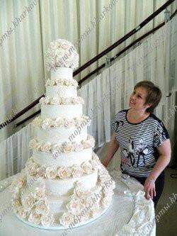 Огромный свадебный торт с сахарными розами