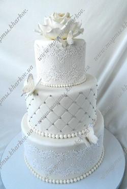 Свадебный белый торт с розой и бабочками