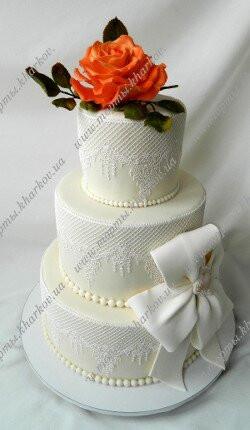 Свадебный кружевной торт с коралловой розой