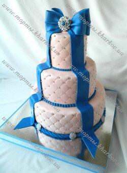 Свадебный персиковый торт с синими бантами