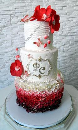 Свадебный торт в бело-красных тонах с красными орхидеями