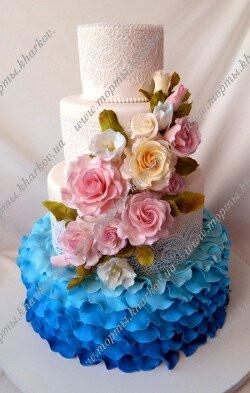 Свадебный торт в синем цвете с розами