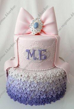 Свадебный торт в фиолетовой гамме с брошью и бантом