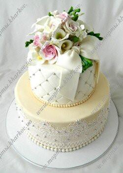 Свадебный торт с букетом цветов