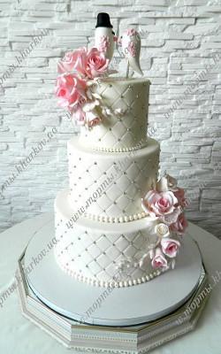 Свадебный торт с влюбленными птичками и сахарными розами