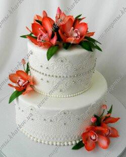 Свадебный торт с коралловыми орхидеями
