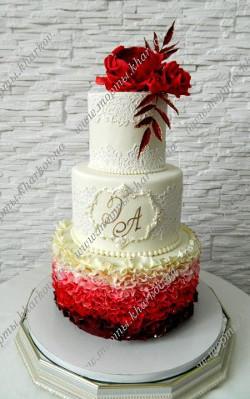 Свадебный торт с красной цветочной композицией