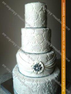 Свадебный торт «С кружевами, драпировкой и брошью»
