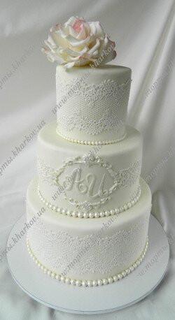Свадебный торт с кружевами и розой