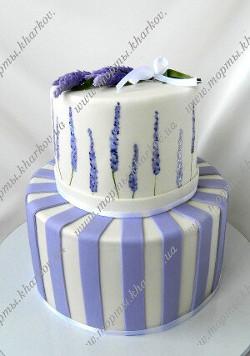 Свадебный торт с лавандой