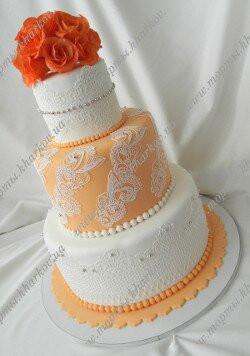 Свадебный торт с персиковыми розами и кружевами