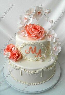 Свадебный торт с персиковыми розами и орхидеями