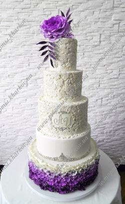 Свадебный торт с пионовидной сахарной розой в фиолетовом цвете