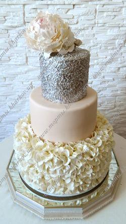 Свадебный торт с пионом и серебром