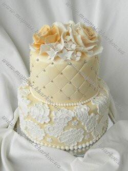 Свадебный торт с розами и кружевами