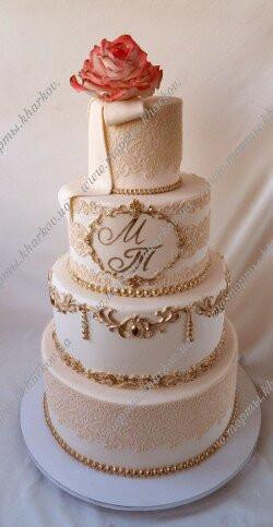 Свадебный торт с сахарной розой и золотым декором