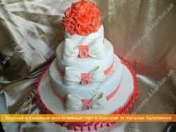Свадебный торт «С сахарными коралловыми розами и бантами»