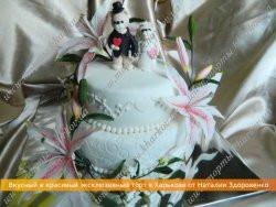 Свадебный торт «С сахарными лилиями и медвежатами - молодожёнами»
