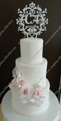 Свадебный торт с сахарными розами и топпером