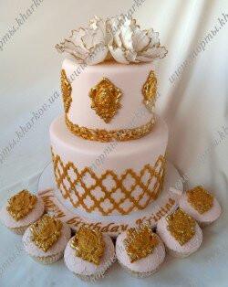 Свадебный торт с сахарными цветами и золотыми медальонами