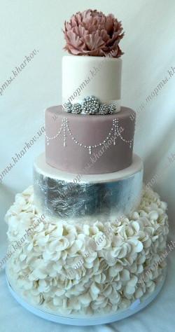 Свадебный торт с сахарным пионом и декором из сусального серебра