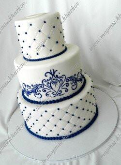 Свадебный торт с синим декором.