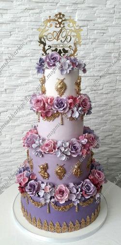 Свадебный торт с фиолетовыми розами и гортензией