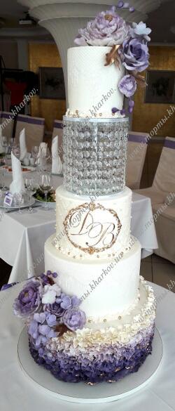 Свадебный торт с фиолетовым декором и цветами с хрустальной подставкой