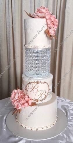 Свадебный торт с хрустальной подставкой и сахарными цветами