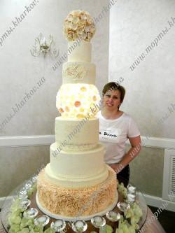 Сваденый торт с кружевами и сахарным пионом.