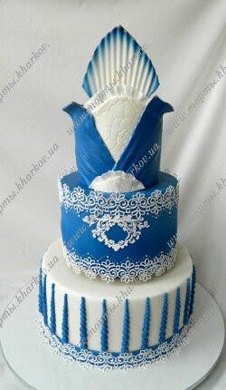 Синий торт с белыми кружевами