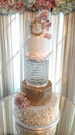 Торт с сахарными цветами, вышивкой и золотым ярусом