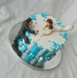 Торт косой свадебный с фигурками молоодоженов