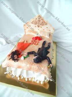 Торт кровать с молодоженами