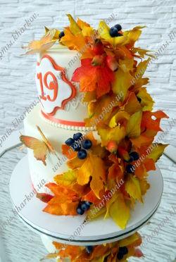 Торт осенний, украшен сахарными осенними листьями и ягодами