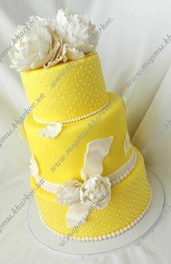 Торт свадебный жёлтый с белыми пионами