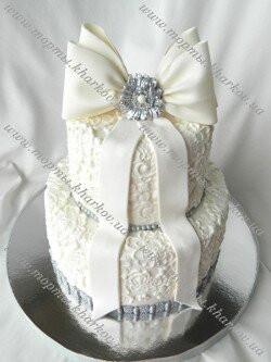 Торт свадебный кружевной с бантом и брошью