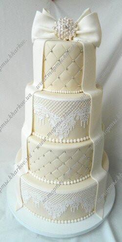Торт свадебный с бантом и кружевами