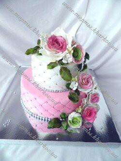 Торт свадебный с каскадом из роз, лютиков и гортензий