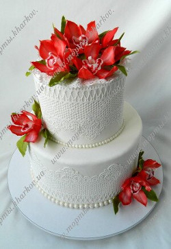 Торт свадебный с красными орхидеями