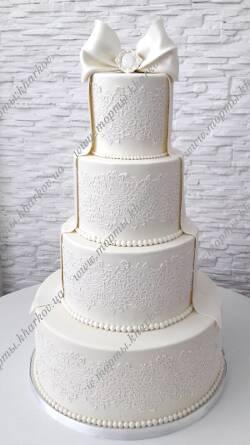 Торт свадебный с кружевами и бантом
