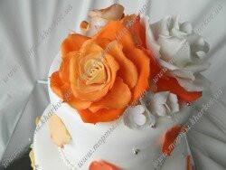 Торт свадебный с персиковыми розами и бусинами