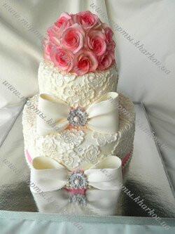 Торт свадебный с розами, кружевами и бантами