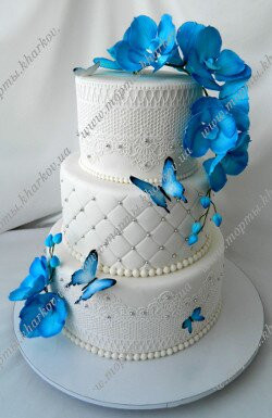 Торт свадебный с синими орхидеями и кружевами.