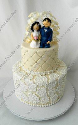 Торт свадебный с фигурками жениха и невесты