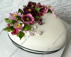 Торт серце с фантазийными цветами