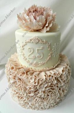 Торт с пионом и ленточными розами