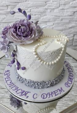 Торт с сахарными фиолетовыми цветами